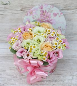 Flower box with pastel flowers and chamomile (12 stems)