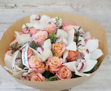 Peach roses with white orchids in a bouquet (25 stams)
