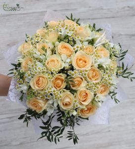 Peach roses with chamomile and freesia (45 threads)