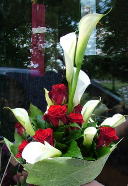 tall bouquet of 10 white callas and 10 red roses - virágküldés