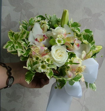 mixed white flowers with euonymuses in a small basket (35 cm) - virágküldés