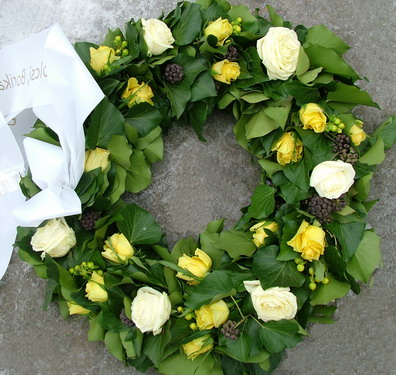 ivy wreath with yellow and white roses (30 stems)(65 cm) - virágküldés
