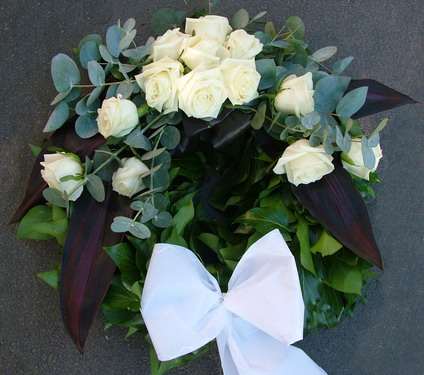 small ivy wreath with white roses and eucalyptuses (45 cm) - virágküldés