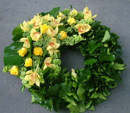 ivy wreath with yellow roses and yellow orchids (65 cm) - virágküldés