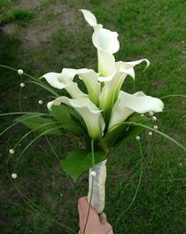 kála menyasszonyi csokor macifűvel, gyöngyökkel - esküvő virág