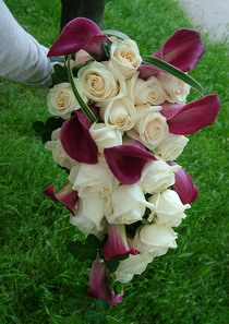 rózsa, kála menyasszonyi csokor teafűvel, futóborostyánnal - esküvő virág