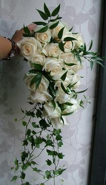 ekrü rózsa menyasszonyi csokor ruscusszal, futóborostyánnal - esküvő virág