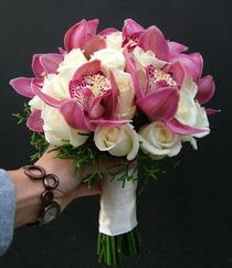 cymbidium orchidea, rózsa 27 szálas menyasszonyi csokor - esküvő virág