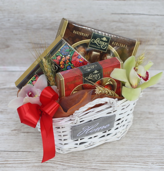 Small gift basket with orchids and szamos chocolates - virágküldés