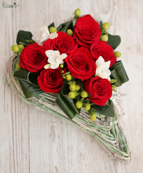 7 red roses with freesias in green heart base - virágküldés