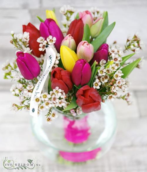 15 szál tulipán apró virágokkal, üveggömbben - virágküldés