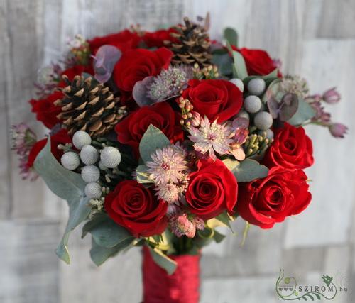 téli vörös rózsás csokor astrantiával (33 szál) - virágküldés