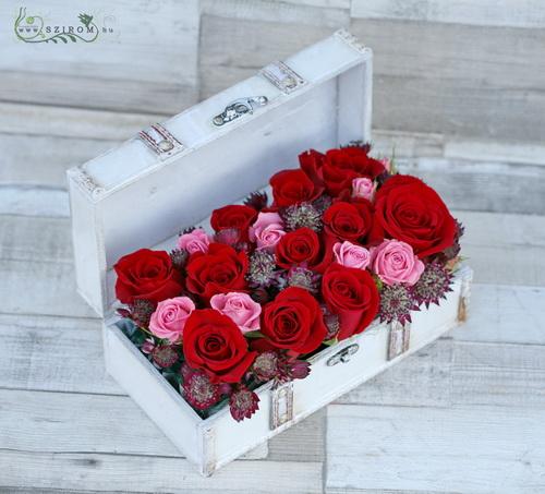 Fehér ládikó vörös rózsával, bokros rózsával, csillagvirággal (18 szál) - virágküldés