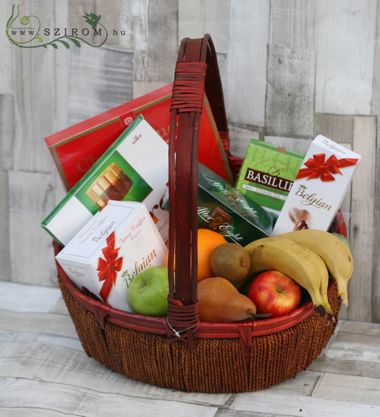 Gift basket with chocolates and fruits - virágküldés