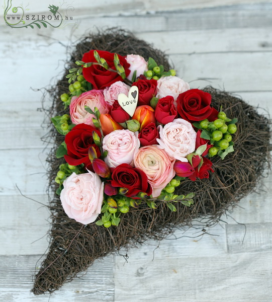 tavaszias rózsaszív (33 cm, 17 szál) - virágküldés
