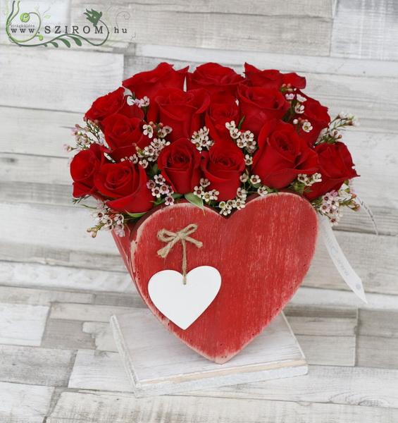17 gyönyörű vörös rózsa apró virágokkal szív alakú fa tartóban - virágküldés