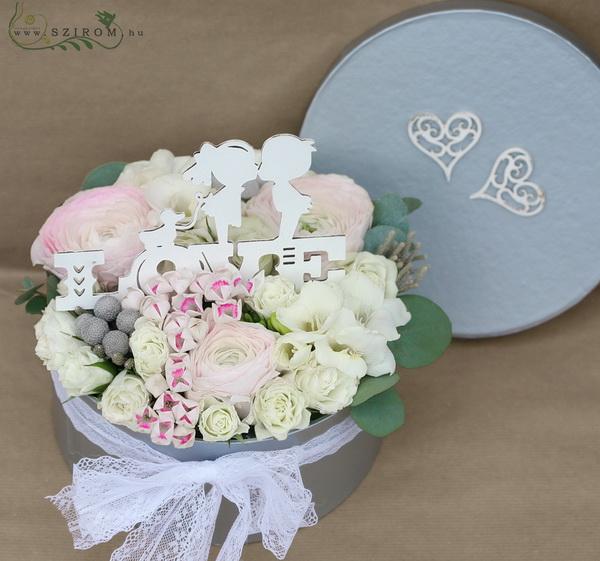Love virágdoboz világos virágokkal (15 szál) - virágküldés