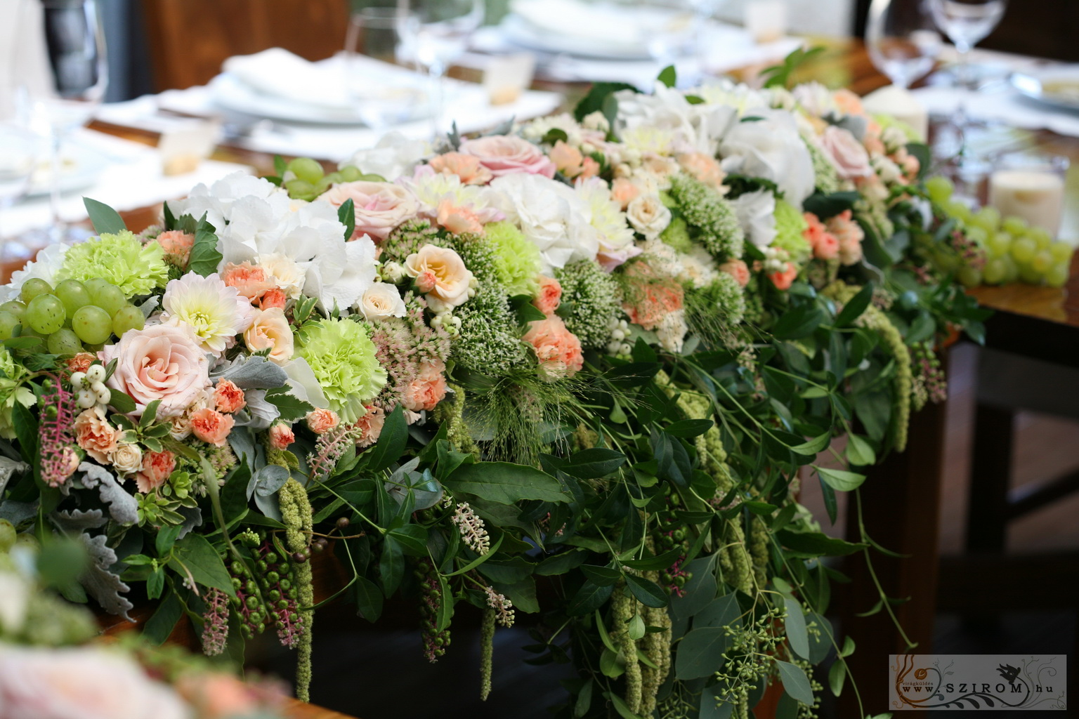 99308ccff5 Főasztaldísz borászatban Haraszthy Vallejo Pincészet (rózsa, hortenzia,  szegfű, vadvirágok, szőlő, barack, fehér, zöld), esküvő(id: 8679)