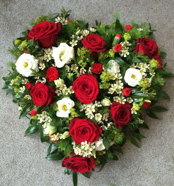 Heart shaped arrangement with red - white flowers (35 cm) - virágküldés