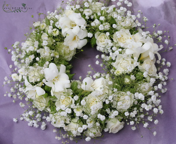 Small urn wreath made of freesias , mini roses(27 cm) - virágküldés