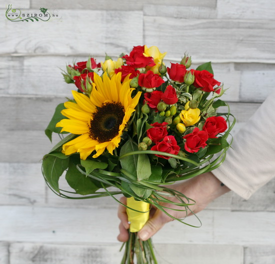 Round bouquet of red spray roses, sunflowers and freesias (12 stems) - virágküldés